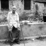 Li Zhongxuan im Alter von 89 Jahren vor seinem Haus.